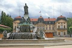 Fontaine Crozatier - Deutsch: Le Puy-en-Velay - Brunnen Crozatier und Präfektur (Gebietsverwaltung): Die Stadt Le Puy-en-Velay liegt in der Region Auvergne-Rhône-Alpes, Frankreich.