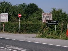 Monument aux fusillés - Accès à la carrière des Fusillés près de Châteaubriant, depuis la route D771