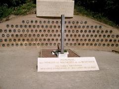 Monument aux fusillés - Urnes contenant de la terre des principaux camps de déportation, au pied du monument érigé sur le site de la Carrière des Fusillés de Châteaubriant.