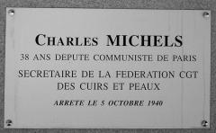 Monument aux fusillés - Plaque commémorative sur la stèle dédiée à Charles Michels sur le site de la Carrière des Fusillés près de Chäteaubriant.