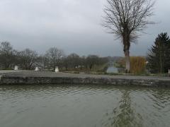 Maison à pans de bois - Briare. Juste avant le pont-canal. Au premier plan, le canal latéral à la Loire. En contrebas, l'ancien tracé du canal latéral à la Loire et, à gauche, la Loire. Vue vers le nord-ouest.