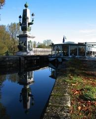 Maison à pans de bois - English: photograph of Briare canal bridge over the river Loire