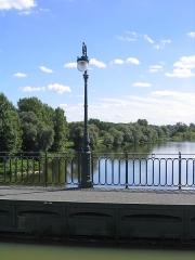 Maison à pans de bois - Pont-canal de Briare, Loiret Loire, canal et réverbère