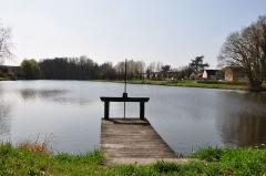 Site de Grignon - Français:   Site de Grignon sur le canal d\'Orléans, étang. Vieilles-Maisons-sur-Joudry, Loiret, Centre, France. Ce ponton se trouve sur la rive nord-ouest de l\'étang. Le Joudry y conflue à l\'extrémité sud-ouest, sur la droite de la photo.