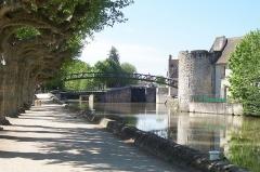 Passerelle de la Marolle - Français:   France - Loiret - Montargis - Passerelle Victor Hugo, built by Gustave Eiffel in 1891 over the canal de Briare