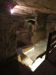 Site de la Seigneurie - Français:   Carrière de sarcophages creusée dans le falun à Doué-la-Fontaine, Maine-et-Loire
