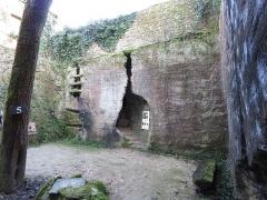 Site de la Seigneurie - Français:   Ancienne carrière de sarcophages. Cour de la ferme troglodytique.