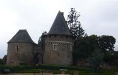 Anciens château et  ville close -  Entrée du château de Champtoceaux (Anjou)