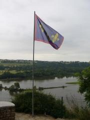 Anciens château et  ville close -  Drapeau de l'Anjou flottant sur l'éperon rocheux de Champtoceaux au-dessus de la Loire.