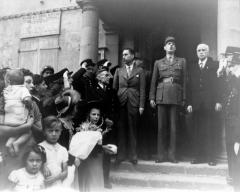 Hôtel de ville -  Le général de Gaulle avec, notamment, le général Koenig, sur le perron de l\'hôtel de ville de Cherbourg. Maire: Paul Renault.