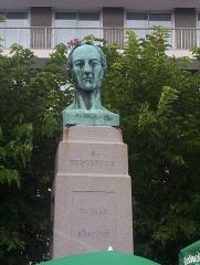 Statue de Briqueville ou monument à Armand de Briqueville, à Octeville -  Cherbourg, France: Buste d'w:fr:Armand_de_Bricqueville, colonel et député, par w:fr:David_d'Angers.