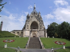Château de Sept-Saulx - Chapelle de fr:Dormans, mémorial des batailles de la Marne, avec la fr:lanterne des morts sur la gauche.