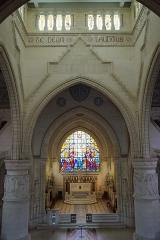 Château de Sept-Saulx - grande chapelle du mémorial de Dormans, vitrail de Charles Lorin et autel du chevet, Marne, France.