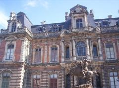 Château Perrier -  Château-Perrier, Épernay (Marne, France) construit en 1854. Vue avenue de Champagne.