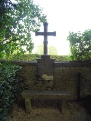 Maison dite la Boisserie - Français:   Croix et banc dans le parc de La Boisserie, à Colombey-les-Deux-Églises