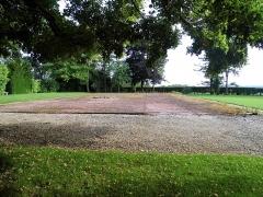 Maison dite la Boisserie - Français:   Terrain de tennis, dans le parc de La Boisserie, à Colombey-les-Deux-Églises