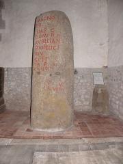 Eglise Saint-Martin - Français:   Borne milliaire de Launay conservée en l\'église Saint-Martin de Châtillon-sur-Colmont (53).