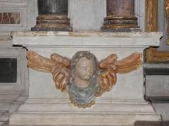 Eglise Saint-Martin - Français:   Retable du Rosaire de l\'église Saint-Martin de Châtillon-sur-Colmont (53). Détail sculpté. Ange.
