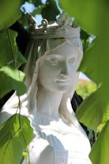 Eglise paroissiale de la Nativité de la Vierge dite Basilique Notre-Dame-de-Sion et ancien couvent des Tiercelins de Sion - Français:   Statue de Marguerite de Lorraine