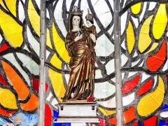 Eglise paroissiale de la Nativité de la Vierge dite Basilique Notre-Dame-de-Sion et ancien couvent des Tiercelins de Sion - Français:   Vierge à l\'Enfant, devant le vitrail flamboyant du choeur de la basilique de Sion. Meurthe-et-Moselle
