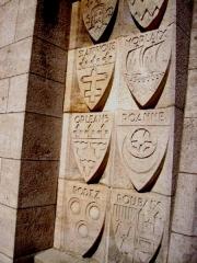 Ossuaire de Douaumont - English: Shields on outside Douaumont