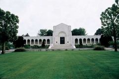 Cimetière américain et la chapelle de Meuse-Argonne - English: Exterior of the chapel at the World War I-era Meuse-Argonne American Cemetery and Memorial. The chapel was designed by American architect Louis Ayres, and dedicated in 1937.