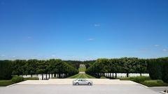 Cimetière américain et la chapelle de Meuse-Argonne - English: A picture of my 2001 Mercedes-Benz E 200 CDI Classic in front of the impressive Meuse-Argonne American Cemetery and Memorial near Romagne-sous-Montfaucon, France.