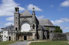 Eglise Saint-Martin - Josselin (Morbihan).  Prieuré Saint-Martin.  La façade sud de l\'église.  A l\'origine, l\'église du prieuré est sur un plan bénédictin, c\'est à dire sur le modèle de la croix latine.  De l\'édifice roman, il ne reste que le chevet incomplet et une partie du transept.  Aux XVIe et XVIIe siècles, l\'abside en hémicycle est transformée en chevet polygonnal.  A la fin du XVIIIe siècle, la nef et détruite et remplacée par une chapelle.  Au XIXe siècle, on diminue la hauteur de l\'abside et on élève la façade sud.  Les bâtiments du prieuré étaient à l\'ouest de l\'église. Ils comprenaient un manoir avec une rabine (une allée) sur le devant, des écuries, des jardins et un colombier.  L\'église du prieuré deviendra église paroissiale en 1400. Plus tard, à la fin du XVIe siècle, elle servira au culte protestant.  Le prieuré de Saint-Martin, fondé par Josselin II de Porhoët en 1105*, dépendait de l\'abbaye bénédictine de Marmoutier de Tours.  Josselin II ou Josthon, vicomte de Porhoët fonda la prieuré Saint-Martin en 1105 dans la ville de Josselin qui porte son nom. L\'acte de fondation nous dit qu\'il était fils du vicomte Eudon, etc... (Si quis, plenius scire voluerit qualiter Joscelinus vicecomes, filius illustrisimi vicecomitis Eudonis, dederit, etc.). Il meurt vers 1110, peu de temps après cette fondation, c\'est son frère Geoffroy qui lui succéda.  Le réseau prieural de l\'abbaye tourangelle de Marmoutier était considérable. L\'abbaye Saint-Martin de Marmoutier a installé ses dépendances par centaines principalement sur un grand quart nord-ouest de la France. Dans le duché de Bretagne, il y avait une trentaine de ces prieurés dépendants de Marmoutier. Marmoutier saura développer un vaste système d\'alliance, à intérêts réciproques, avec l\'aristocratie, \