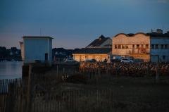 Station de sauvetage en mer de la commune d'Etel, sise dans l'extrémité sud du quai sur la rivière d'Etel - Français:   Soleil couchant sur la glacière municipale d\'Étel
