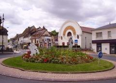 Cinéma Eden - Français:   Cinéma Éden et carrefour giratoire fleuri, avec deux Pierrots, Cosne-Cours-sur-Loire.
