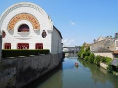 Cinéma Eden - Français:   Cinéma Éden et canoë sur le Nohain, Cosne-Cours-sur-Loire (Nièvre, France).