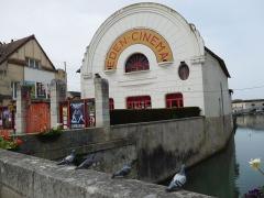 Cinéma Eden - Français:   Cinéma Éden, Nohain (rivière) et quatre pigeons; Cosne-Cours-sur-Loire (Nièvre, France).