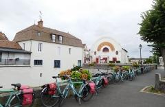 Cinéma Eden - Français:   Vélos de cyclotouristes faisant escale à Cosne-Cours-sur-Loire. Trajet d\'une semaine en été en péniche et vélo entre Nevers et Rogny-les-Sept-Écluses via Briare (régions Bourgogne-Franche-Comté et Centre-Val de Loire) (voyage organisé Hat Tours).