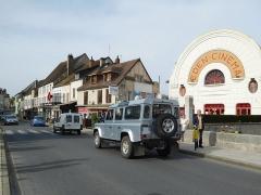 Cinéma Eden - Français:   Land Rover Defender lors du défilé à Cosne.