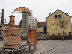 Distillerie Claeyssens -  Alambic exposé devant la distillerie Claeyssens, à Wambrechies (Nord).