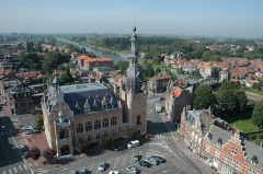 Hôtel de ville - English: The Town hall and belfry of Comines (Nord, France), viewed from the Saint-Chrysole church; in background, the bridge over the Lys on the border between France and Belgium, to the village of Comines (Belgium).