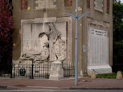 Eglise Saint-Chrysole - Le monument aux morts de Comines (Nord).