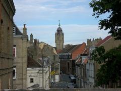 Beffroi -  Vue d'un rempart de la ville de Bergues avec le Beffroi qui culmine sur la ville.
