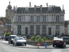 Beffroi -  Mairie de Bergues vue de l'arrière avec en arrière plan le Beffroi de Bergues.