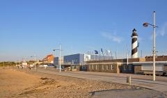 Phare de Petit-Fort-Philippe - Nederlands: Petit-Fort-Philippe (gem. Gravelines, departement Nord, Frankrijk): het strand, de zeedijk en de vuurtoren