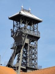 Centre Historique Minier de Lewarde (ancien site minier de la fosse Delloye de la compagnie des mines d'Aniche) - La fosse Delloye de la Compagnie des mines d'Aniche, actuel Centre historique minier de Lewarde, était un charbonnage du bassin minier du Nord-Pas-de-Calais constitué de deux puits situé à Lewarde, Nord, Nord-Pas-de-Calais, France. Elle est classée aux monuments historiques le 21 septembre 2010 et inscrite sur la liste du patrimoine mondial par l'Unesco le 30 juin 2012 et y constitue le site no 23.