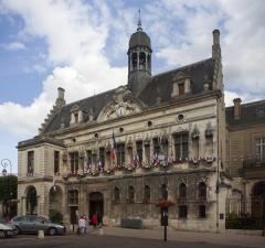 Hôtel de ville - English: Noyon; L'hôtel de ville; Nord-Pas-de-Calais-Picardie, Oise; France; ref: PM_102898_F_Noyon; Cultural heritage; Europe/France/Noyon; Wiki Commons; photo: Paul M.R.Maeyaert; www.pmrmaeyaert.eu; © Paul M.R. Maeyaert; pmrmaeyaert@gmail.com