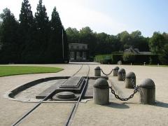 Clairière de l'Armistice - Clairière de l'Armistice, appelée aussi clairière de Rethondes. Au premier plan, l'emplacement où se trouvait le wagon de l'Armistice, au second plan, le musée de l'Armistice qui abrite un wagon identique.