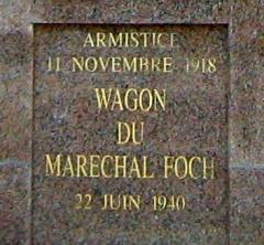 Clairière de l'Armistice - Dansk: Tekst på forsiden af bygningen, som rummer jernbanevognen fra våbenstilstands-underskrivelserne i 1918 og 1940. 22. april 2012.