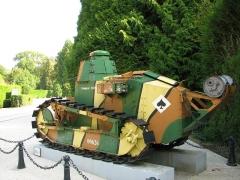 Clairière de l'Armistice - Char Renault FT 17 exposé à l'entrée du Musée de l'Armistice, à la clairière de l'Armistice dans la forêt de Compiègne. Premier engagement le 31 mai 1918 à Ploissy-Chazelles-Chaudun (Aisne).