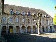 Ancien couvent de la Présentation - Français:   L\'aile sud du couvent, avec l\'une des deux galeries du cloître qui subsistent toujours. Appelé quartier Saint-Louis, ce bâtiment est utilisé dès le début par le lycée Saint-Vincent.