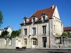 Ancien couvent de la Présentation - Français:   Ce bâtiment se situe à l\'angle nord du clôitre, dont on peut apercevoir un vestige d\'une arcade. À droite se trouvait l\'église, dont restent encore les murs extérieurs jusqu\'à une hauteur de deux mètres environ.