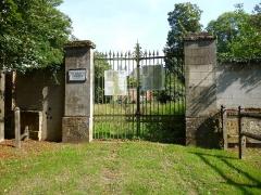 Château et son enceinte - Français:   Cimetière de Brunvillers-la-Motte (Oise).