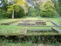 Temple gallo-romain de la forêt d'Halatte - Français:   Vue d\'ensemble des deux groupes de vestiges depuis l\'est; devant le centre du temple, un chemin traverse le site.