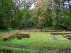Temple gallo-romain de la forêt d'Halatte - Français:   Vue des structures au sud de l\'édificee.